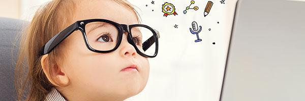un petit garçon qui porte des lunettes noires apprend l'anglais