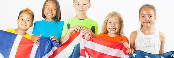 cinq enfants portent un drapeau anglais