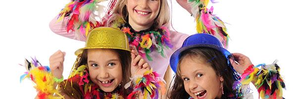 trois enfants déguisées font du cirque