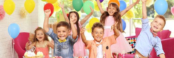 un groupe d'enfants fêtent un anniversaire