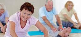 des seniors font du yoga